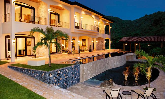 Villa-Buena-Onda-Hotel-at-night